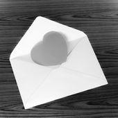 黒の背景上の封筒の中心 — ストック写真