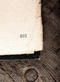 Alten schäbigen Buch Apened auf veraltete Holz-Hintergrund — Stockfoto