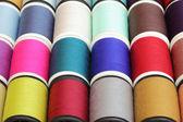 Spolar av tråd mångfärgat bakgrund närbild — Stockfoto