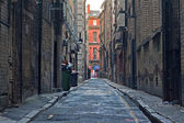 Looking down an empty inner city alleyway — Stock Photo