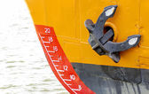 Bow of a ship with draft scale numbering and  anchor — Stock Photo