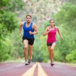 Couple sprinting concentrated on road — Foto Stock