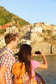 Couple taking photo in Cinque Terre — Stock Photo