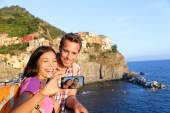 Couple taking picture in Cinque Terre — Stock Photo