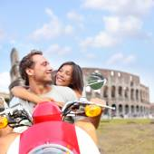 Couple on scooter by Colosseum — Stockfoto