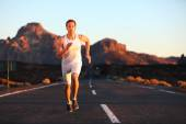 Runner training in mountain — Stock Photo