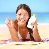 Woman applying suntan lotion — Stock Photo