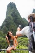 Couple taking photos on Hawaii — Stock Photo