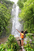 Hawaii tourists hiking by waterfall — 图库照片