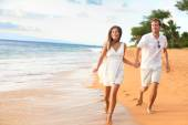 Couple walking on romantic honeymoon — Stockfoto