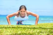 Fitness woman doing pushups outside — Stock Photo
