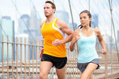 Couple jogging in New York City — Stock Photo