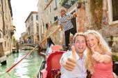 Happy couple in Venice gondola — Stock Photo