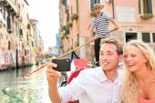 Travel couple in Venice on Gondole ride — Stock Photo
