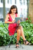 Woman using tablet pc in Bryant Park — Stock Photo