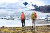 Couple walking to glacier and glacial lagoon — Φωτογραφία Αρχείου