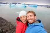 Couple taking selfie by Jokulsarlon in Iceland — Stock Photo