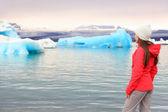 Woman looking at lake Jokulsarlon — Stock Photo
