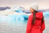 Woman at glacier lagoon in Iceland — Stock fotografie