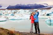 Couple taking selfie near glacier lake — Stockfoto