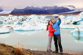 Couple taking selfie near glacier lake — ストック写真