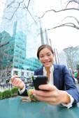 Business woman on smartphone in lunch break — Stock Photo