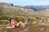 Woman doing situps training core outside — Foto de Stock