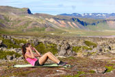 Woman doing situps training core outside — Stock fotografie