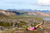Woman exercising single leg glute bridge — Stock Photo