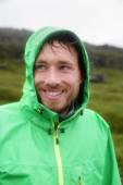 Man smiling outdoors on rainy day — Foto Stock