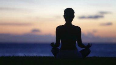 Woman meditating — Stock Video