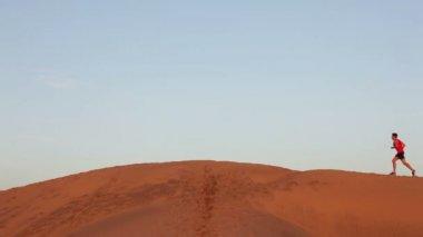 Running man in desert — Stock Video
