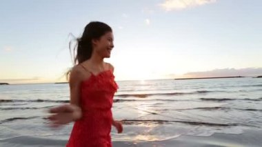 Happy woman running on beach — Vídeo de stock