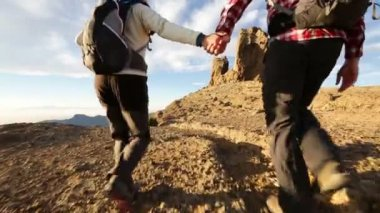 Couple hiking at sunset — Vídeo de stock