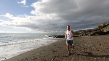 Runner training in nature landscape — Stock Video