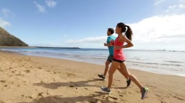 Runners jogging on beach — Stock Video