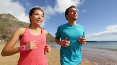 Donna e uomo che pareggia sulla spiaggia — Video Stock