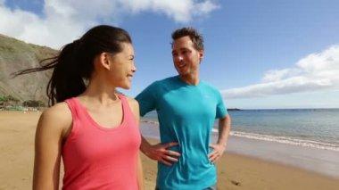 Páru přičemž přestávka po běhání — Stock video