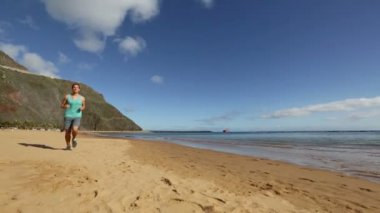 Sportsman runs on beach — Stock Video