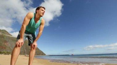 Running athlete on beach — Stock Video