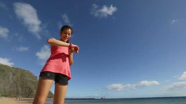 Mujer que corre en la playa — Vídeo de stock