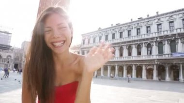 Woman walking in Venice — Stock Video