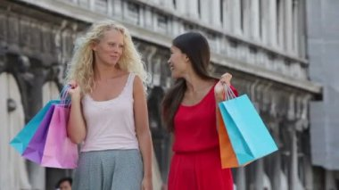 Women holding shopping bags — Stock Video