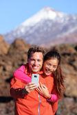 Couple hiking in beautiful nature — Stock Photo