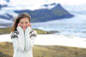 Woman by glacier in Icelandic sweater — Stock fotografie