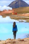 Woman enjoying Icelandic nature landscape — Stock Photo