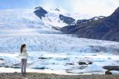 Woman by glacier nature on Iceland — Stockfoto