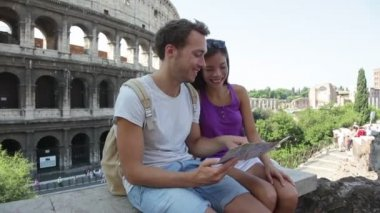 Tourists holding map by Colosseum — Stockvideo