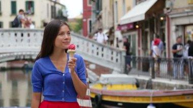 Ice cream eating woman — Vídeo de stock