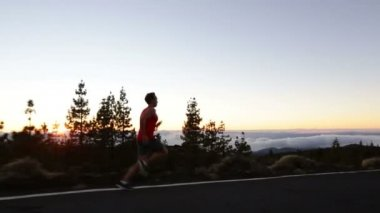 Male runner training outdoors — Stock Video